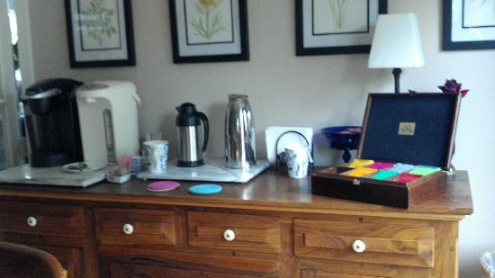 Blue Moon Bed and Breakfast : Coffee and Tea buffet