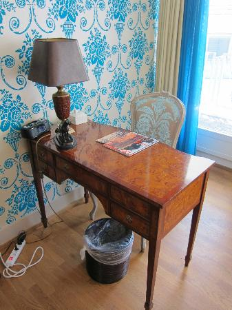 Townhouse Boutique Hotel: Small desk.