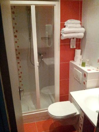 Sport Hotel Paris: Bagno visto dal corridoio