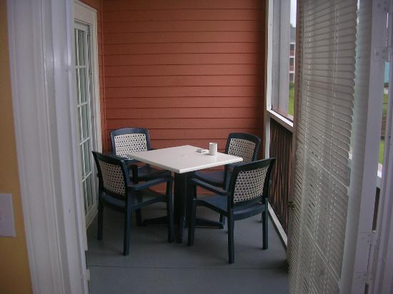 Harbour Lights Resort: screened in porch