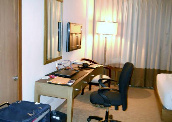 Garden Orchid Hotel: Room - desk and TV