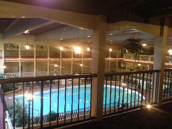 Holiday Inn Louisville-North: Pool view from hallway