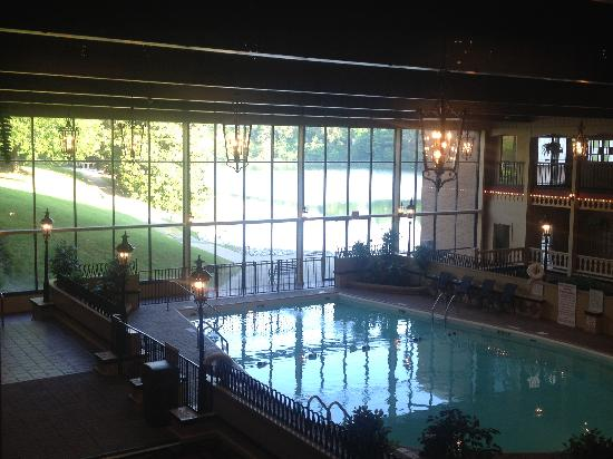 Holiday Inn Louisville-North: Pool view from Lobby with lake just outside