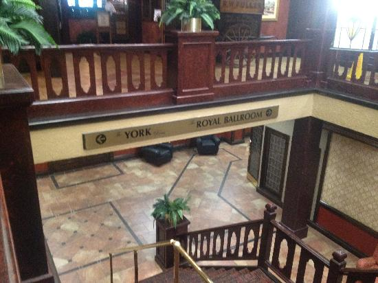 Holiday Inn Louisville-North: Stairway off of lobby to restaurant and ballrooms