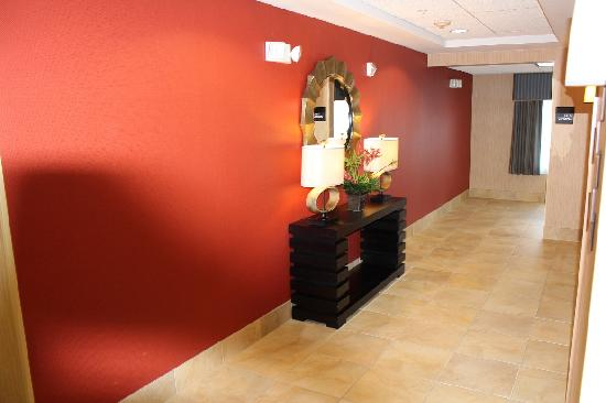 Hampton Inn & Suites Huntersville: Hallway to elevator (Floor 2)