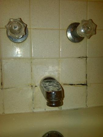 Days Inn Bath / Hammondsport: Mold / mildew in the bathroom.