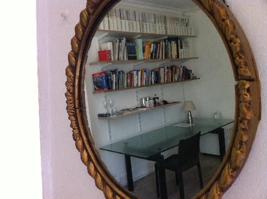 122 Great Titchfield Street Luxury B&B: Rm 2 study area