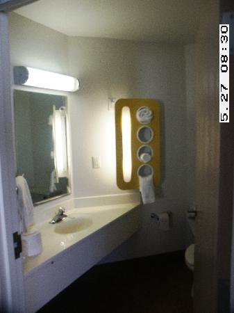 Motel 6 Denver East - Aurora : Bathroom View 