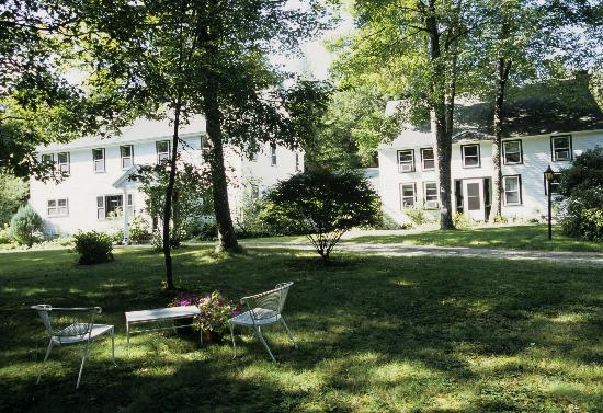 Riverbend Inn Bed and Breakfast: Front lawn in summer