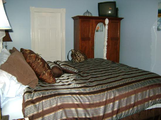 Coco Plum Inn Bed and Breakfast: Blue & Brown Suite