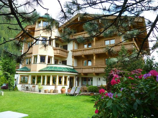 Hotel Garni Glockenstuhl: The Hotel view from the gardens