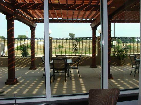 Holiday Inn Express Hotel & Suites - Glen Rose: View of the Outside Dining Area