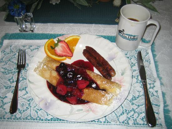 Fox Hollow Bed and Breakfast at Baxter Creek: One morning Nancy made crepes. Ooo-la-la!