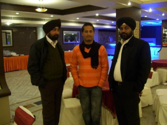 Hotel Randhawa International: friends at  hotel restaurant