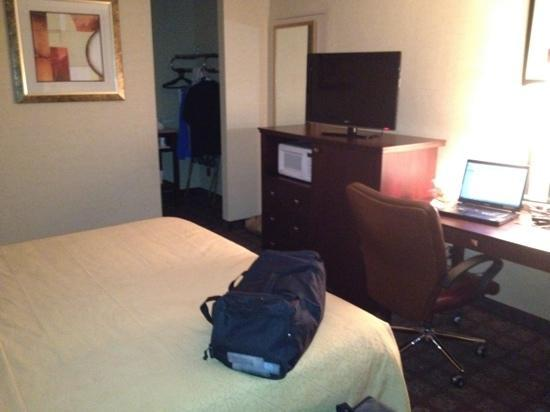 Quality Inn Pottstown: ok room looks better then it is...
