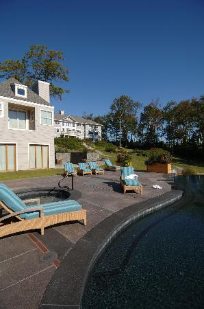 Inn at Ocean&#39;s Edge : poolhouse and main inn 
