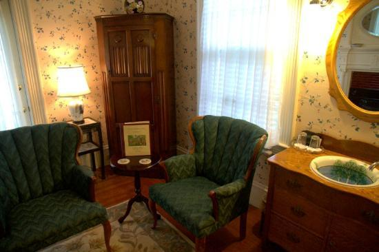 Inns at Blackberry Common: Sitting area in room by parlor