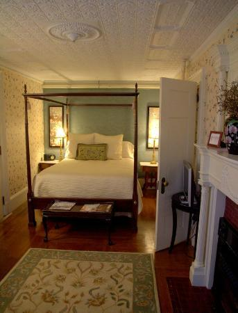 Inns at Blackberry Common: Downstairs room next to parlor