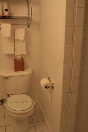 Beverly Terrace Hotel: Shower Stall Bathroom is Sweet