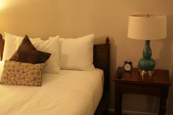 Beverly Terrace Hotel: Comfortable Bed with wall-hung TV