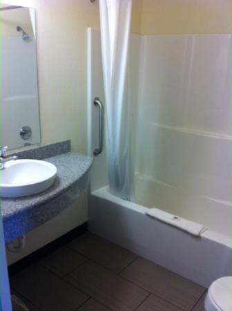 Motel 6 Norman: Bathroom