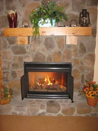 House Mountain Inn: A fireplace in Green Hill Mountain room