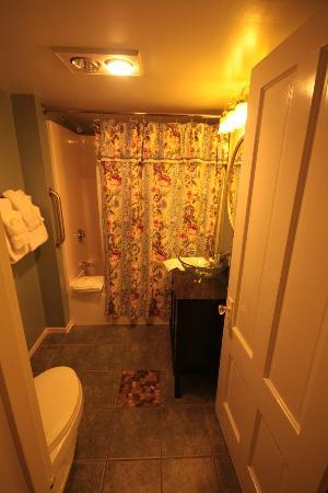 Bar Harbor Manor: Bathroom, Room #8