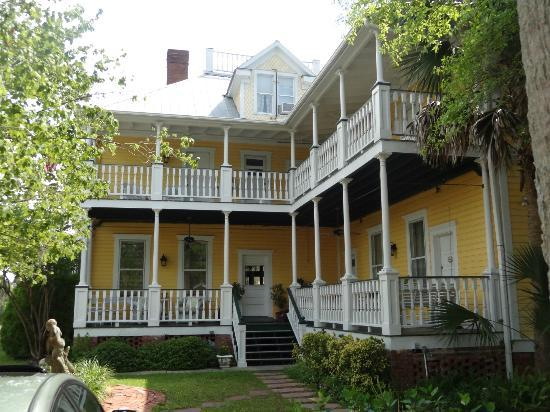 Coombs House Inn: Great porch to sit and relax