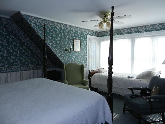 Manor House Inn: A spacious and comfortable room with nice big windows