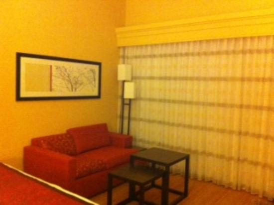Courtyard by Marriott Richmond Airport: Couch