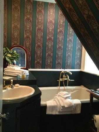 Hillbrook Inn: bathroom