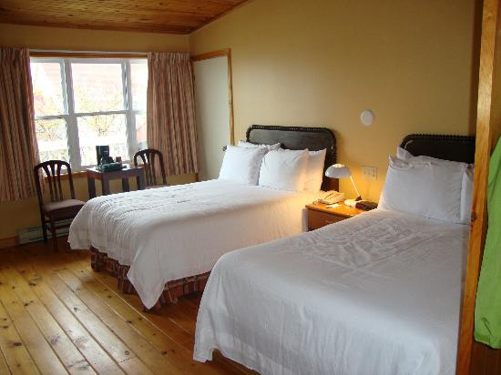 Stanhope Beach Resort &amp; Conference Centre: bright, spacious room