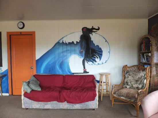 Rainbow Surf Hostel: Art on the walls of the living room