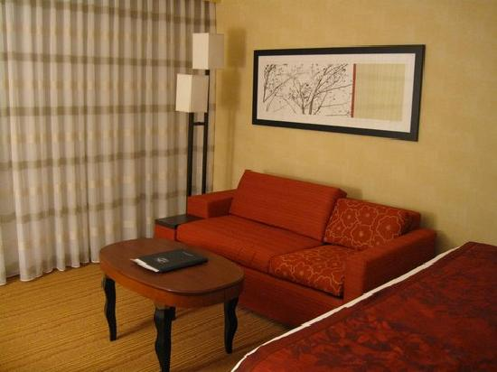 Courtyard by Marriott Fairfax Fair Oaks: view of the couch