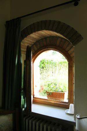 I Due Cipressi Bed and Breakfast: Window