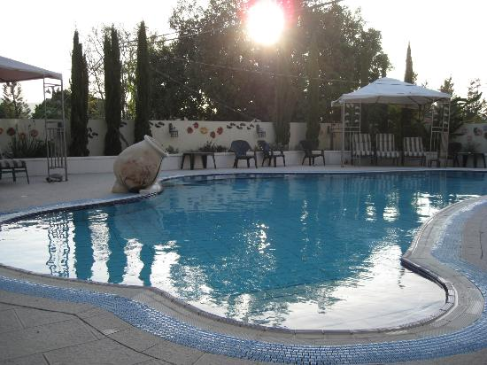 Arbel Guest House: Solnedgang ved poolen