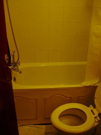 Oliver Hotel: Clean bathroom with bathtub