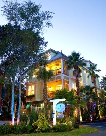 Water&#39;s Edge Inn at Folly Beach: Inn surrounded by lush, tropical vegetation