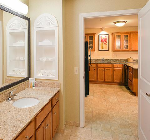 White River Inn and Suites: Suites bath to kitchen