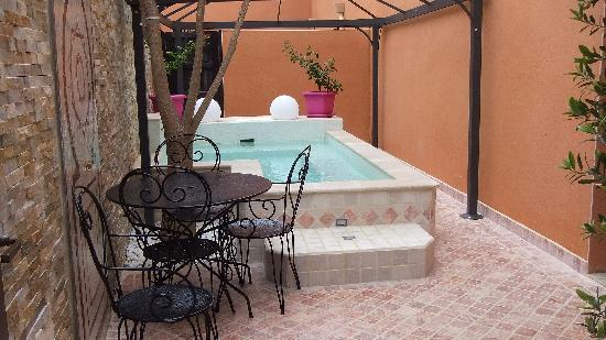 jacuzzi en pierre foto van le riad cap d 39 agde naturist village cap d 39 agde tripadvisor. Black Bedroom Furniture Sets. Home Design Ideas