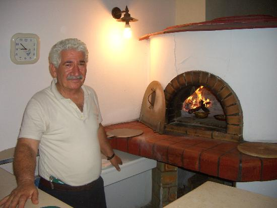 Anatoli Taverna: The boss at his oven !