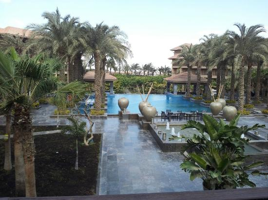 Dusit Thani LakeView Cairo: Outdoor pool area