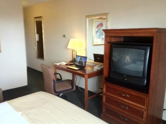 Clarion Inn: Desk and TV