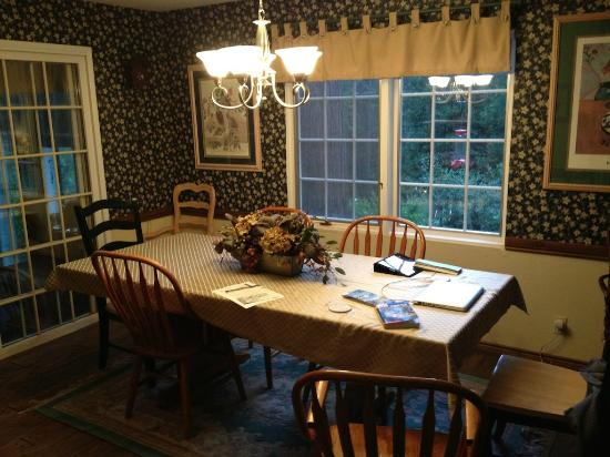 Highland House Bed & Breakfast: Dining room table