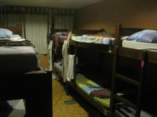 Friendly's Guest House: Dorm mit Aircon