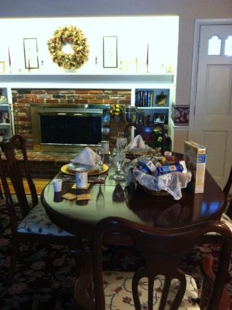 Gatehouse Bed and Breakfast: The setting of the lovely breakfast table with linen and china!