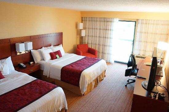 Courtyard by Marriott Traverse City: Heightened Bedroom View
