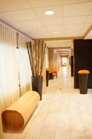 Courtyard by Marriott Traverse City: Hallway from Elevator to Rooms