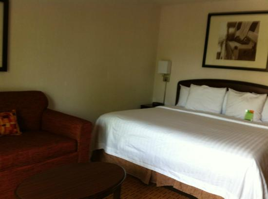 Courtyard by Marriott Portland Southeast: Comfy king bed