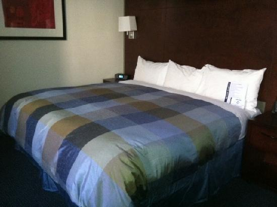 Club Quarters Midtown: King size bed with soft linens